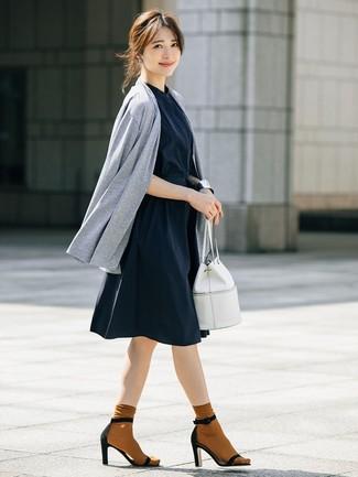 Come indossare: cardigan aperto grigio, vestito chemisier blu scuro, sandali con tacco in pelle scamosciata neri, borsa a secchiello in pelle bianca