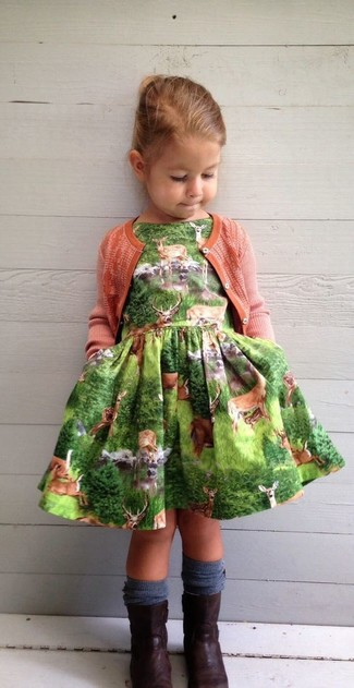 Come indossare: cardigan arancione, vestito verde, stivali marrone scuro, calzini blu scuro