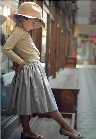 Come indossare e abbinare: cardigan beige, gonna grigia, ballerine beige, borsalino beige