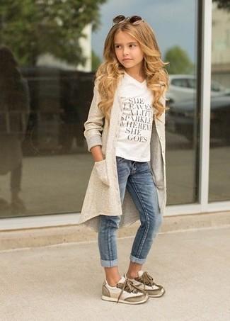 Come indossare e abbinare: cardigan beige, t-shirt stampata bianca, jeans blu, sneakers beige