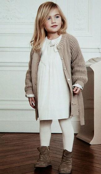 Come indossare e abbinare: cardigan lavorato a maglia beige, vestito bianco, stivali in pelle scamosciata marroni, collant bianco