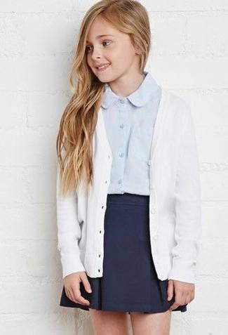 Come indossare: cardigan bianco, camicia a maniche lunghe azzurra, gonna blu scuro