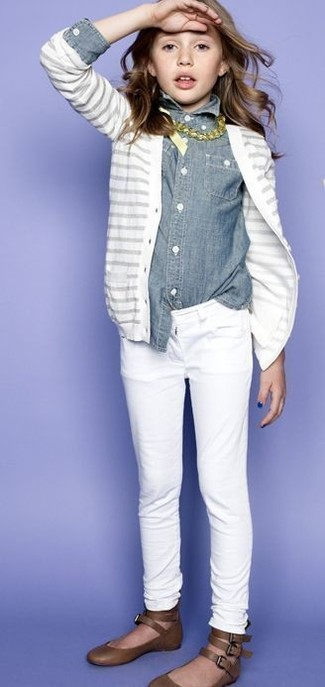 Come indossare: cardigan bianco, camicia a maniche lunghe di jeans grigia, jeans bianchi, ballerine marroni