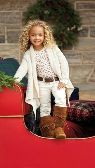 Come indossare: cardigan bianco, t-shirt bianca, jeans bianchi, stivali ugg terracotta