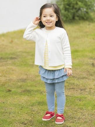 Come indossare e abbinare: cardigan bianco, t-shirt a righe orizzontali gialla, leggings azzurri, ballerine rosse