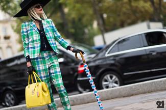 Come indossare e abbinare: cardigan nero, blazer scozzese verde, pantaloni eleganti scozzesi verdi, cartella in pelle gialla