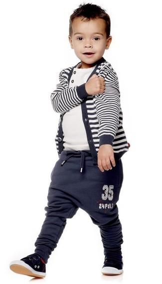 Come indossare e abbinare: cardigan a righe orizzontali blu scuro, t-shirt bianca, pantaloni sportivi blu scuro, sneakers nere