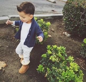 Come indossare e abbinare: cardigan blu scuro, t-shirt bianca, pantaloni sportivi grigi, stivali ugg marrone chiaro