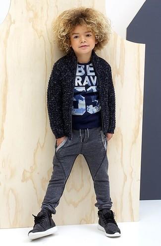 Come indossare e abbinare: cardigan blu scuro, t-shirt stampata blu scuro, pantaloni sportivi grigio scuro, sneakers grigio scuro