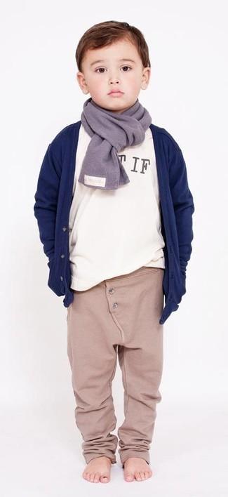 Come indossare: cardigan blu scuro, t-shirt manica lunga bianca, pantaloni sportivi beige, sciarpa grigia