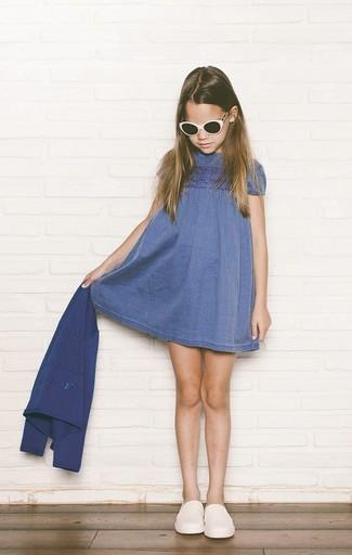 Come indossare: cardigan blu, vestito di jeans blu, sneakers bianche