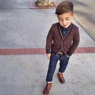 Come indossare e abbinare: cardigan bordeaux, camicia a maniche lunghe di jeans blu scuro, jeans blu scuro, stivali marroni