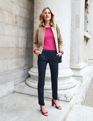 Come indossare: cardigan marrone chiaro, camicetta manica lunga con volant fucsia, pantaloni skinny leopardati neri, décolleté in pelle scamosciata rossi