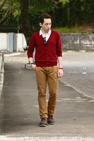 Come indossare e abbinare: cardigan bordeaux, camicia a maniche corte bianca, chino terracotta, stivaletti brogue in pelle marrone scuro