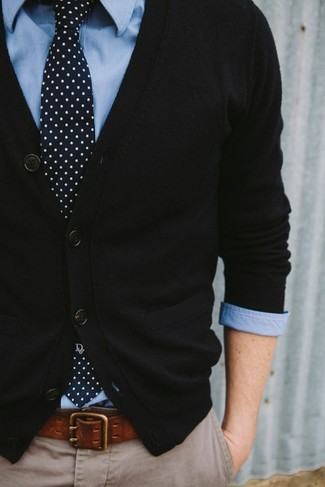 f9ef0a83ab Quale cardigan indossare con una cravatta a pois blu scuro e bianca ...
