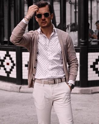 479e09d541a93c Come indossare: cardigan beige, camicia a maniche lunghe stampata bianca,  chino beige,