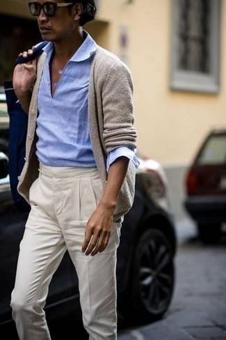Come indossare e abbinare una borsa shopping di tela blu scuro: Per un outfit della massima comodità, scegli un outfit composto da un cardigan beige e una borsa shopping di tela blu scuro.