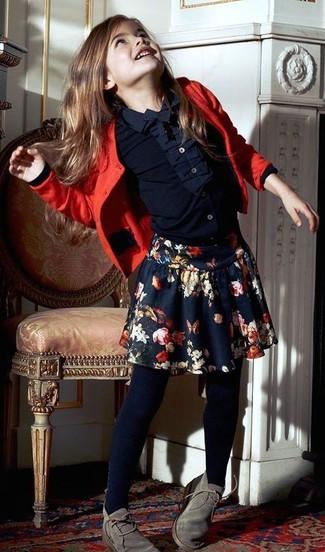Come indossare: cardigan rosso, camicia a maniche lunghe blu scuro, gonna a fiori blu scuro, chukka grigie