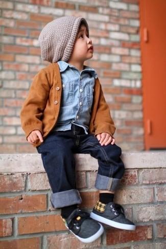 Come indossare e abbinare: cardigan arancione, camicia a maniche lunghe di jeans azzurra, jeans blu scuro, sneakers grigio scuro