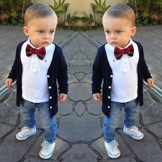 Come indossare e abbinare: cardigan blu scuro, camicia a maniche lunghe bianca, jeans blu, sneakers bianche