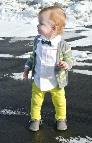 Come indossare e abbinare: cardigan grigio, camicia a maniche lunghe bianca, jeans lime, chukka grigie