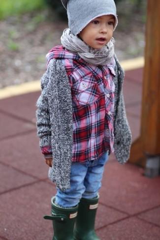 Come indossare: cardigan grigio, camicia a maniche lunghe scozzese rossa, jeans blu, stivali di gomma verde scuro