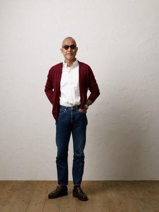 Come indossare e abbinare chukka in pelle bordeaux: Indossa un cardigan bordeaux e jeans blu scuro per un look raffinato per il tempo libero. Rifinisci questo look con un paio di chukka in pelle bordeaux.