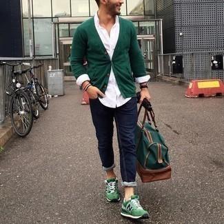 Come indossare e abbinare un cardigan verde scuro: Potresti indossare un cardigan verde scuro e jeans blu scuro per un look spensierato e alla moda. Scegli un paio di scarpe sportive verdi per un tocco più rilassato.