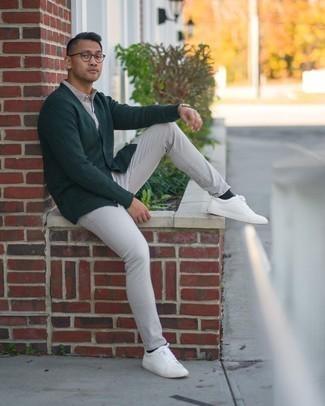 Come indossare e abbinare un cardigan verde scuro: Indossa un cardigan verde scuro e jeans grigi per un pranzo domenicale con gli amici. Per un look più rilassato, indossa un paio di sneakers basse in pelle bianche.