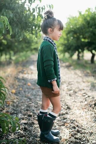 Come indossare: cardigan verde scuro, camicia a maniche lunghe scozzese verde, pantaloncini marroni, stivali di gomma verde scuro