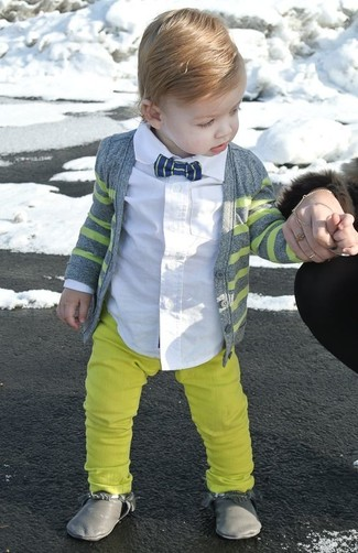 Come indossare: cardigan grigio, camicia a maniche lunghe bianca, pantaloni gialli, stivali grigi