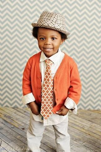 Come indossare: cardigan arancione, camicia a maniche lunghe a righe verticali bianca, pantaloni beige, borsalino marrone chiaro