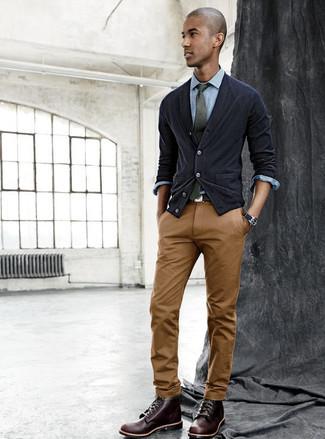 46f26ac92626 ... Look alla moda per uomo: Cardigan nero, Camicia elegante in chambray  azzurra, Chino