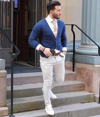 Come indossare e abbinare: cardigan blu scuro, camicia elegante bianca, chino bianchi, sneakers basse in pelle bianche