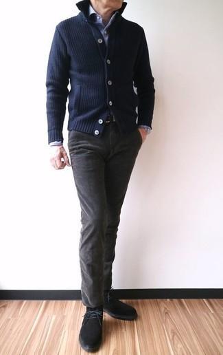Come indossare e abbinare chukka in pelle scamosciata nere: Potresti abbinare un cardigan blu scuro con chino grigio scuro per un pranzo domenicale con gli amici. Perfeziona questo look con un paio di chukka in pelle scamosciata nere.
