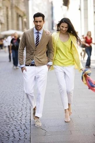 Come indossare e abbinare una cravatta a righe orizzontali blu scuro e bianca: Sfodera un look elegante con un cardigan marrone chiaro e una cravatta a righe orizzontali blu scuro e bianca. Calza un paio di scarpe da barca in pelle scamosciata beige per avere un aspetto più rilassato.