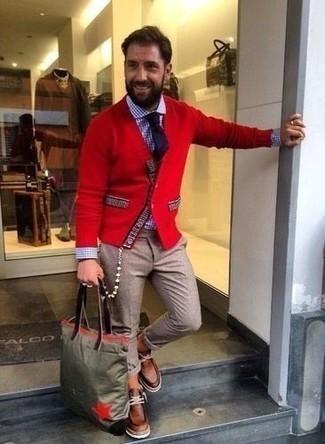 Come indossare e abbinare un cardigan rosso: Abbina un cardigan rosso con chino marrone chiaro per un outfit comodo ma studiato con cura. Ispirati all'eleganza di Luca Argentero e completa il tuo look con un paio di chukka in pelle marroni.