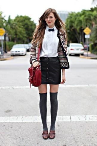 Come indossare: cardigan con motivo fair isle grigio, camicia elegante bianca, gonna con bottoni in pelle nera, mocassini eleganti in pelle marrone scuro