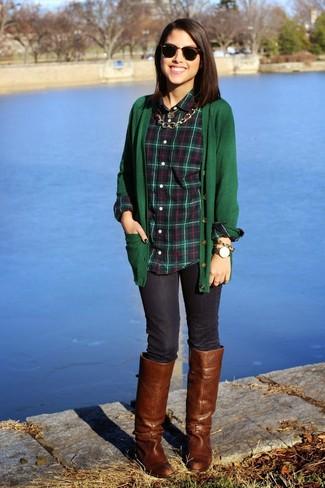 Come indossare: cardigan verde scuro, camicia elegante scozzese verde scuro, jeans aderenti blu scuro, stivali al ginocchio in pelle marroni