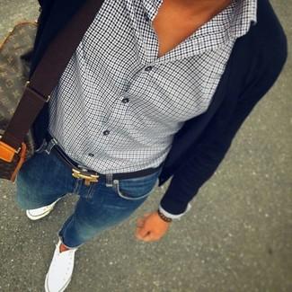 Come indossare: cardigan nero, camicia elegante con motivo pied de poule bianca e nera, jeans aderenti blu, sneakers alte di tela bianche