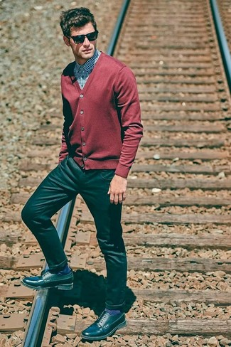 Come indossare e abbinare: cardigan rosso, camicia elegante a quadretti blu, jeans neri, scarpe derby in pelle nere