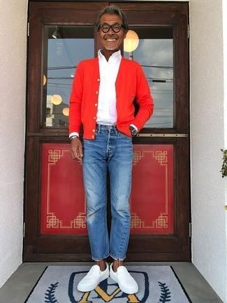 Come indossare e abbinare un cardigan rosso: Per un outfit quotidiano pieno di carattere e personalità, indossa un cardigan rosso con jeans blu. Rifinisci questo look con un paio di sneakers senza lacci in pelle bianche.