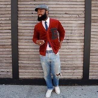Come indossare e abbinare un cardigan rosso: Mostra il tuo stile in un cardigan rosso con jeans strappati azzurri per una sensazione di semplicità e spensieratezza. Un paio di sneakers basse di tela bianche si abbina alla perfezione a una grande varietà di outfit.