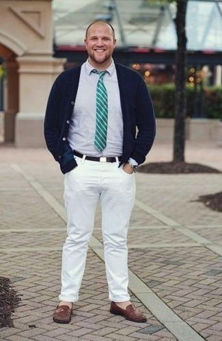 Come indossare e abbinare jeans bianchi: Potresti combinare un cardigan blu scuro con jeans bianchi per vestirti casual. Mettiti un paio di mocassini eleganti in pelle marroni per mettere in mostra il tuo gusto per le scarpe di alta moda.