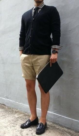 Come indossare e abbinare una pochette di tela nera: Per un outfit della massima comodità, potresti combinare un cardigan nero con una pochette di tela nera. Un bel paio di mocassini eleganti in pelle neri è un modo semplice di impreziosire il tuo look.