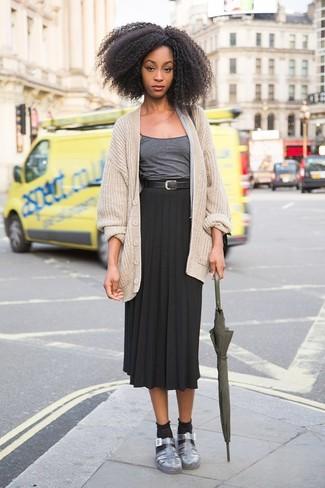 Come indossare: cardigan lavorato a maglia beige, canotta grigio scuro, gonna longuette a pieghe nera, sandali piatti in pelle argento