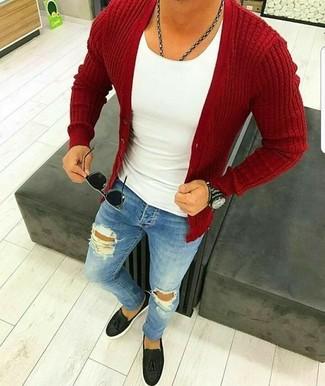 Come indossare e abbinare: cardigan rosso, canotta bianca, jeans aderenti strappati blu, mocassini con nappine in pelle neri