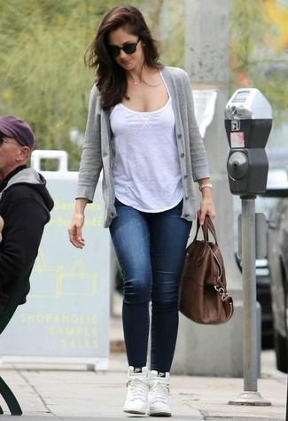 Come indossare: cardigan grigio, canotta bianca, jeans aderenti blu scuro, sneakers alte in pelle bianche