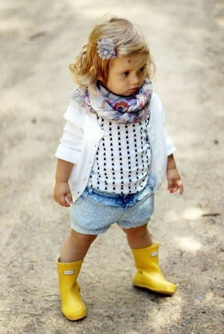 Come indossare: cardigan bianco, canotta bianca, pantaloncini di jeans azzurri, stivali di gomma gialli