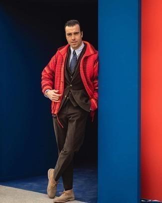 Trend da uomo 2020: Metti un cardigan con collo a scialle rosso e un abito a tre pezzi marrone scuro come un vero gentiluomo. Non vuoi calcare troppo la mano con le scarpe? Opta per un paio di chukka in pelle scamosciata marrone chiaro per la giornata.